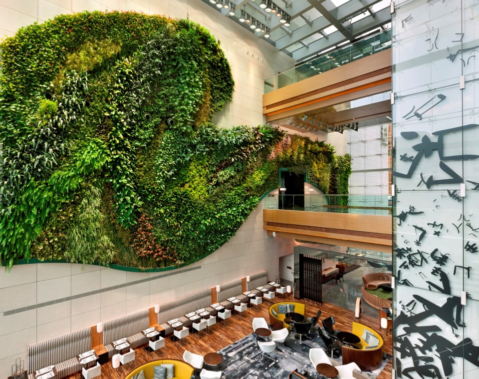 Hotel icon indoor vertical garden girl tweets world - Jardin vertical de interior ...