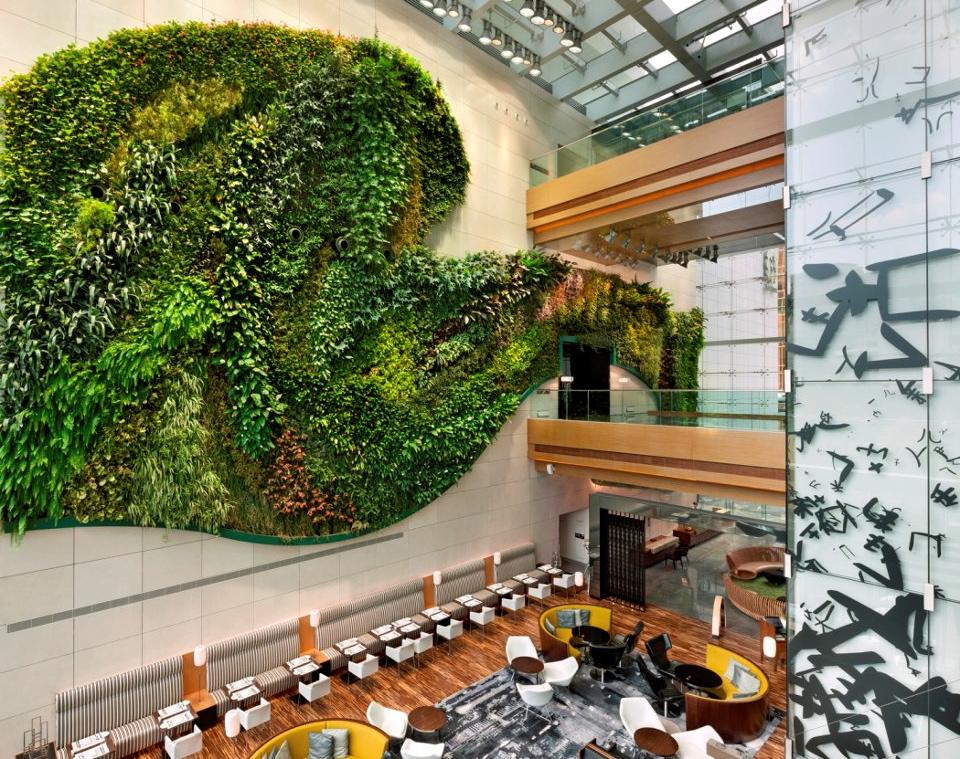Hotel icon indoor vertical garden girl tweets world for Jardin hong kong