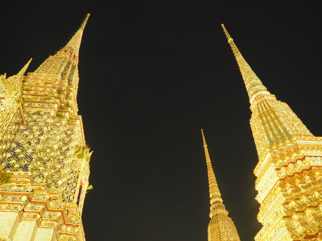 Wat Pho glistens by night