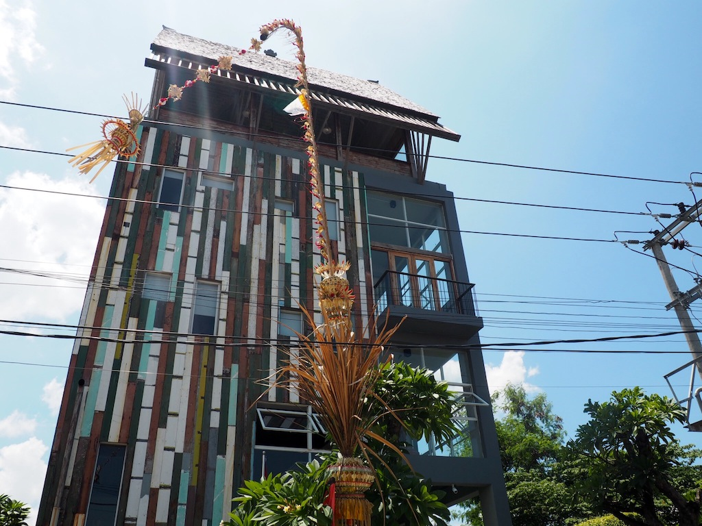 The unique exterior of Frii Bali Echo Beach is easy to spot